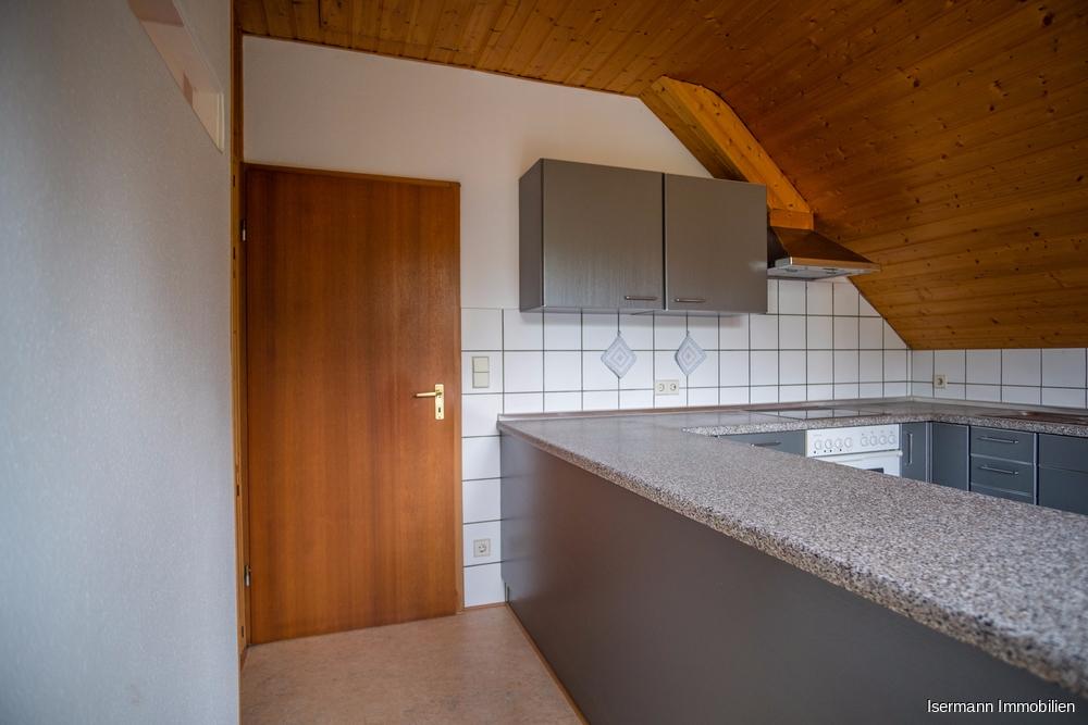 Die Küche bietet viel Platz zum Kochen. Sie dient auch als Eingangsbereich.