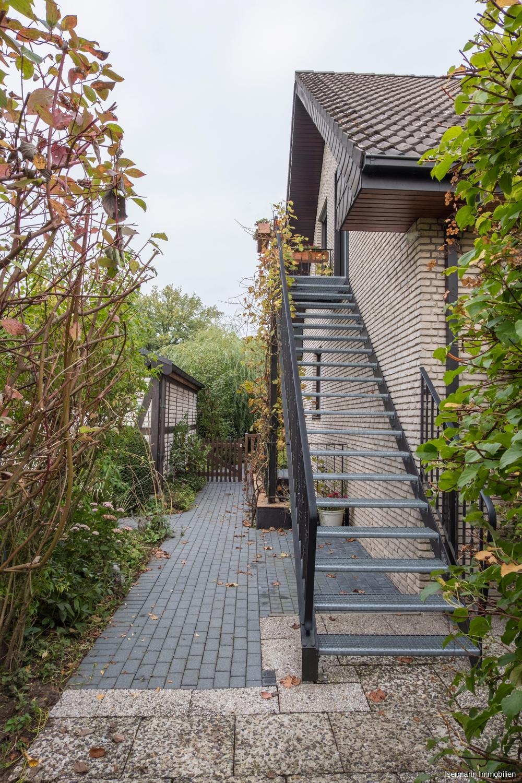 Bei der Außentreppe handelt es sich um eine offene Gitterrost-Treppe.