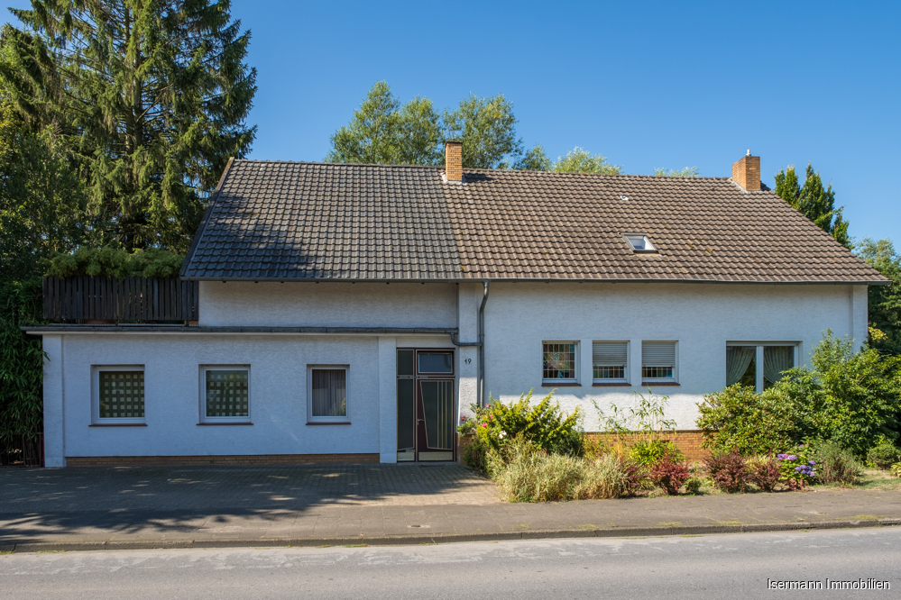 Die Immobilie liegt im Herzen von Marienfeld und grenzt an den Wöstenbach.