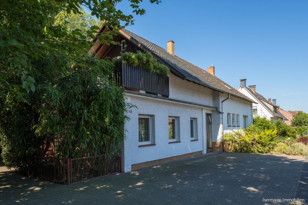 Neben einer Garage verfügt das Objekt über mehrere Parkmöglichkeiten vorm Haus.