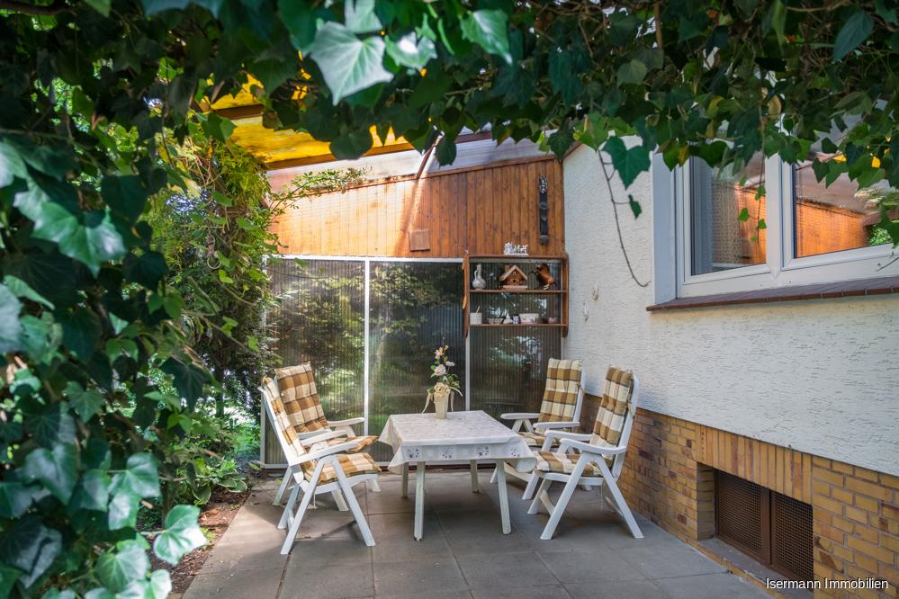 Besonders gemütlich ist die überdachte Terrasse im Garten.
