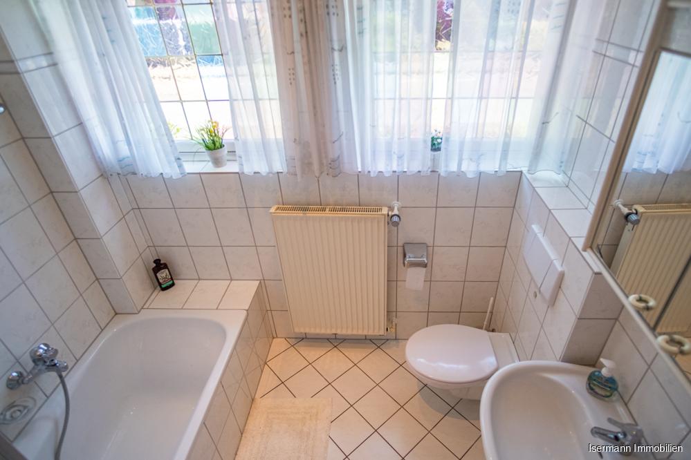 Das Tageslichtbad ist hell gefliest und mit einer Wanne ausgestattet.