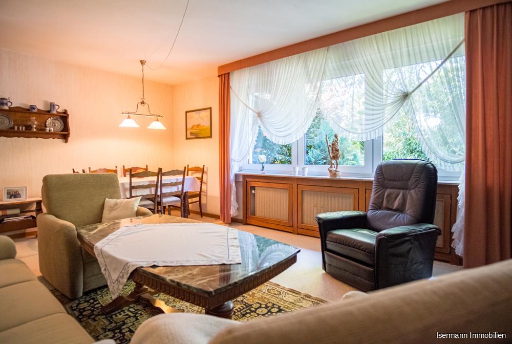 Das Wohnzimmer bietet einen schönen Blick in den Garten...