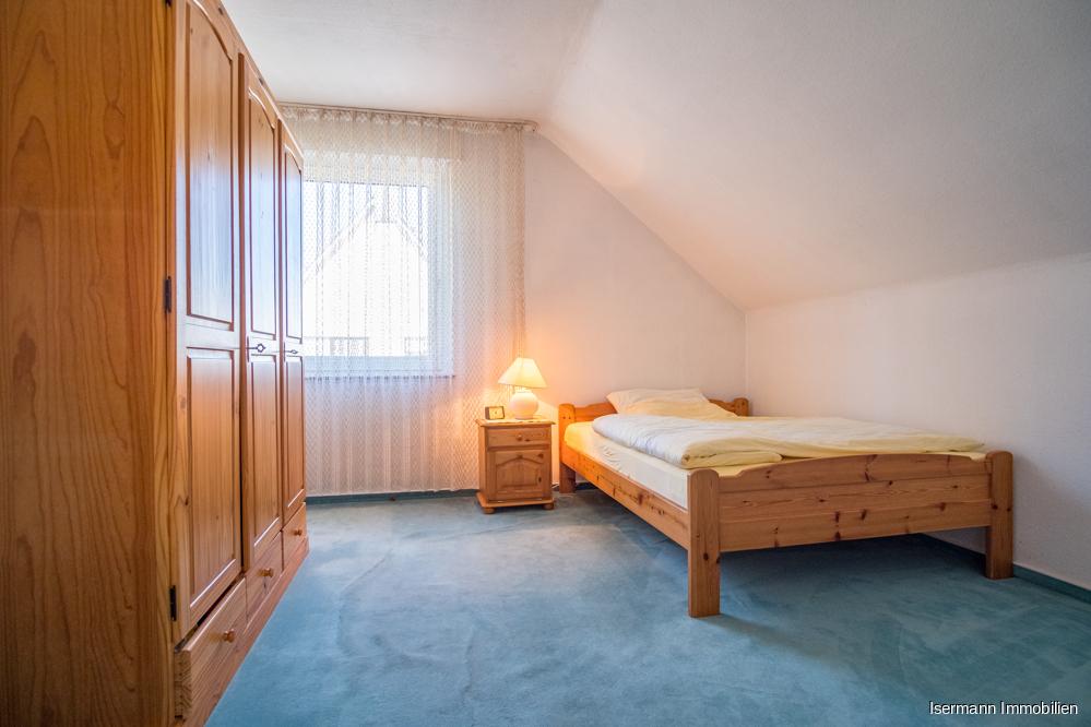 ...sowie ein gemütliches Schlafzimmer mit Dachschräge.