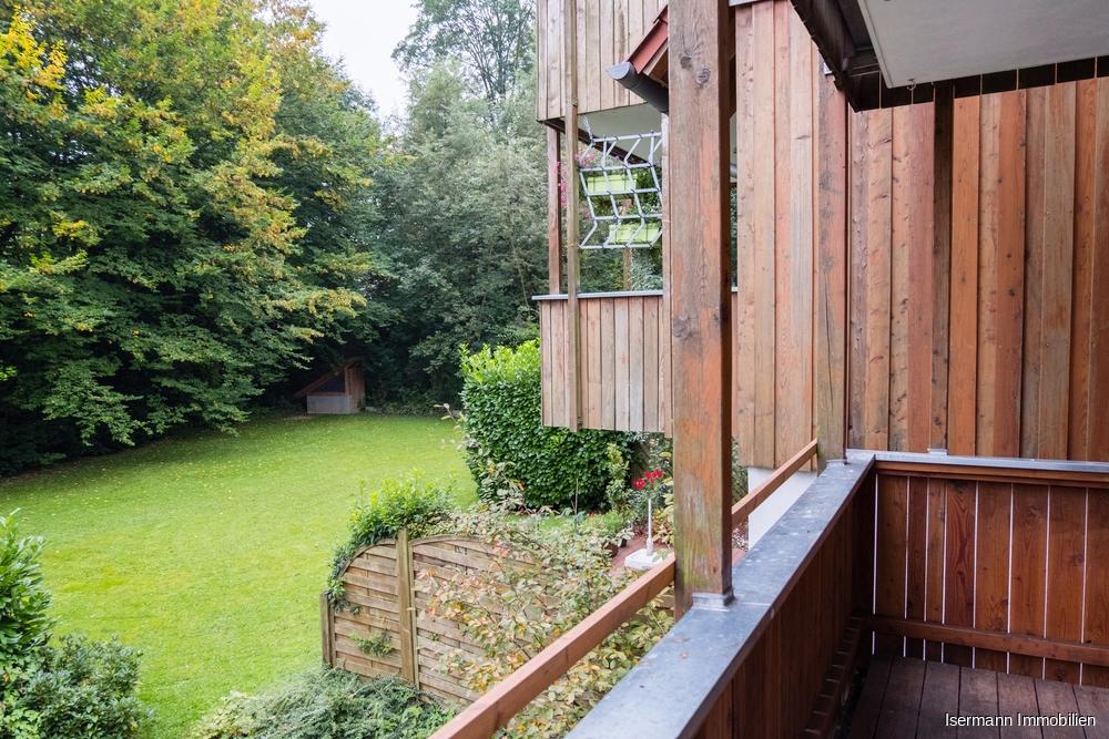 Besonders schön ist der angrenzende überdachte Balkon mit Blick in den Garten.