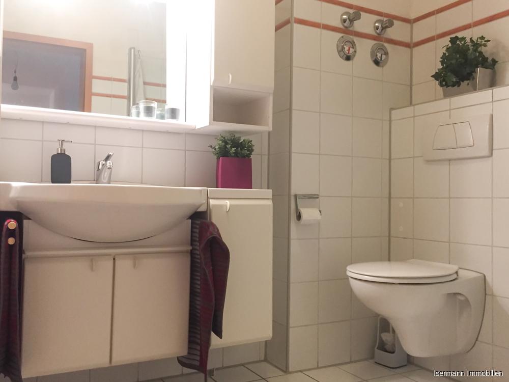 Das innenliegende Bad ist weiß gefliest.
