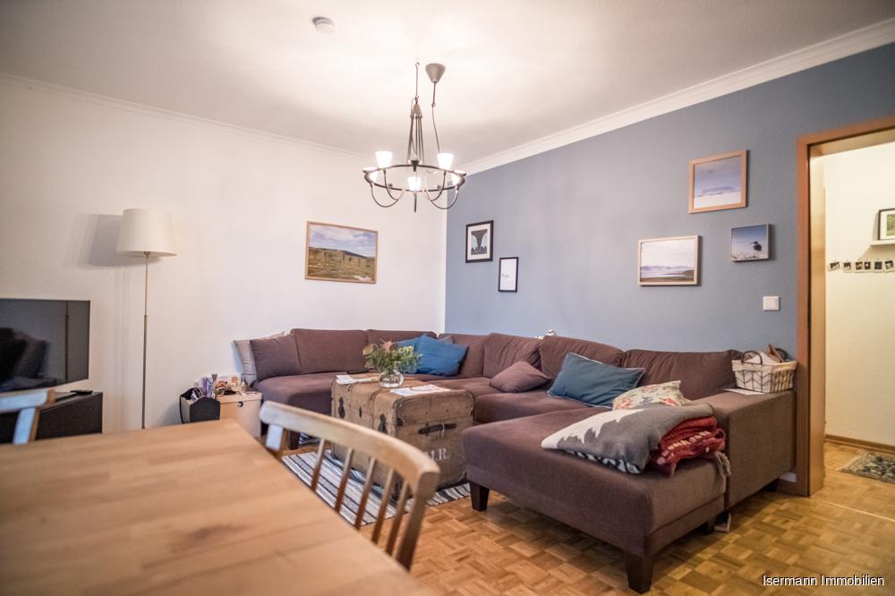 Das hübsche Wohnzimmer ist mit hochwertigem Eiche-Parkett ausgestattet.
