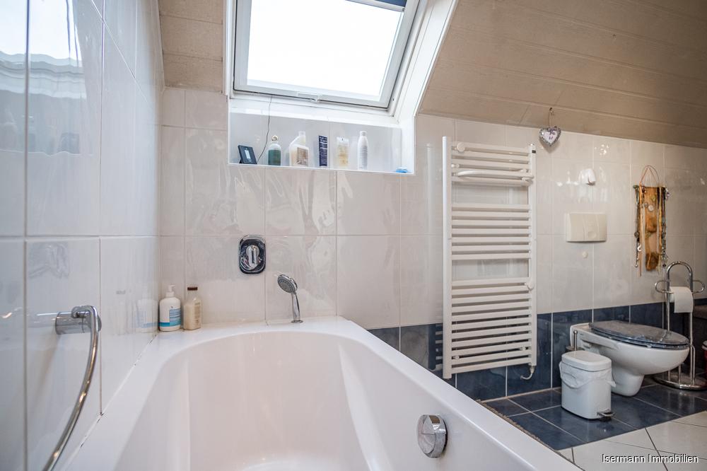 ...und verfügt über eine freistehende Dusche sowie eine Wanne.