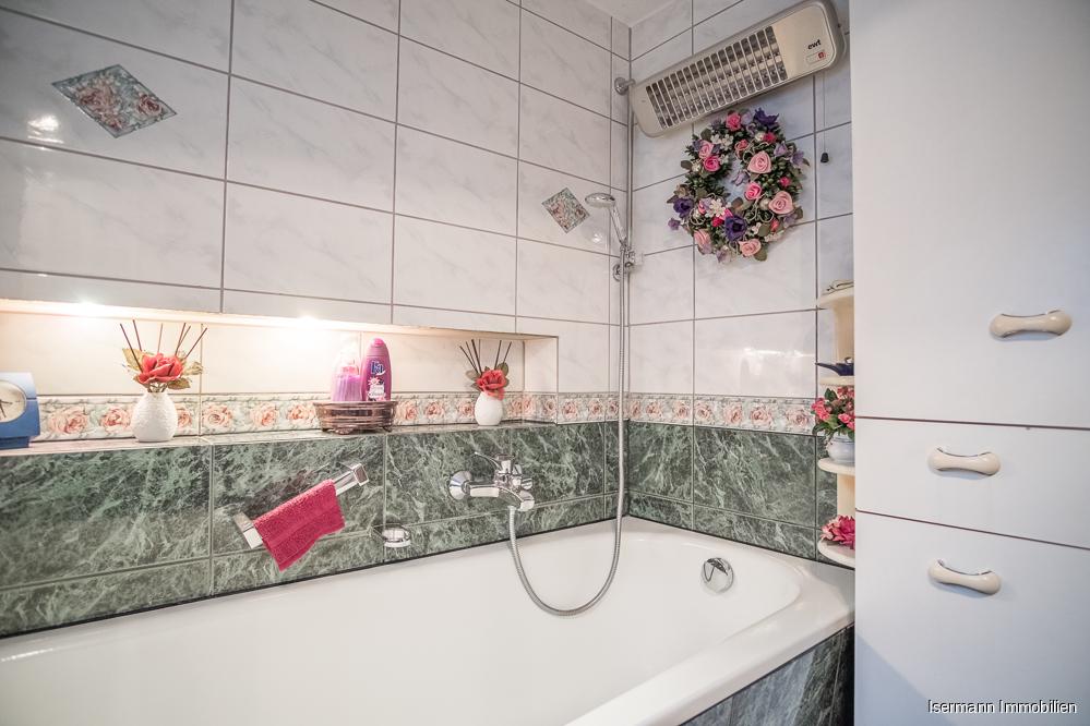 Das Badezimmer im Erdgeschoss ist mit einer Wanne ausgestattet.