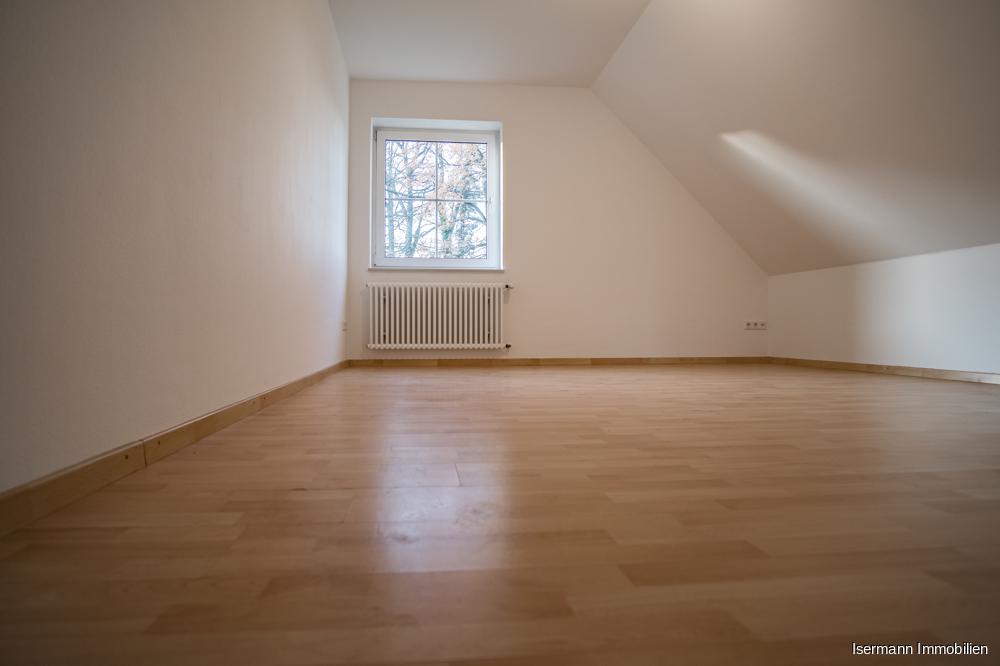 Im Dachgeschoss befindet sich ein hübsches Schlafzimmer.