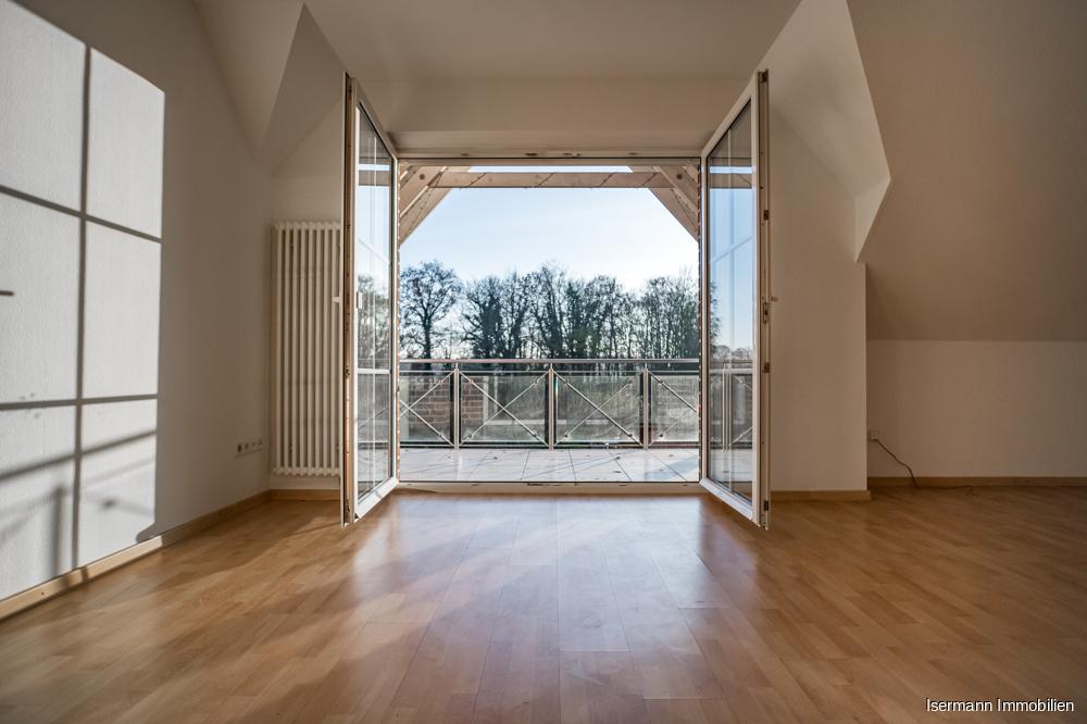 Vom Wohnzimmer aus betreten Sie den überdachten Balkon,...