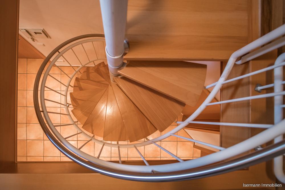 Über eine schmale Wendeltreppe gelangen Sie in den Spitzboden.