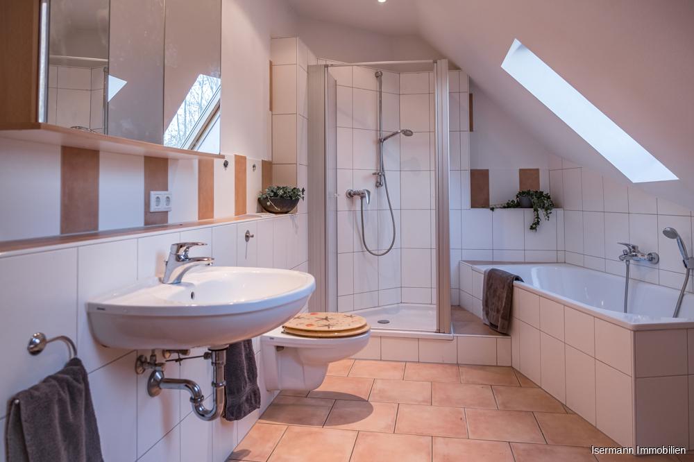 Das Tageslichtbad ist mit einer Dusche und einer Wanne ausgestattet.