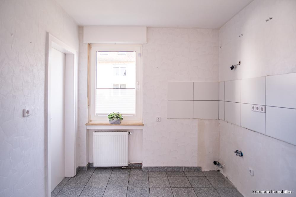 Die Küche bietet ausreichend Platz zum Kochen und grenzt an den Wohn-/Essbereich.