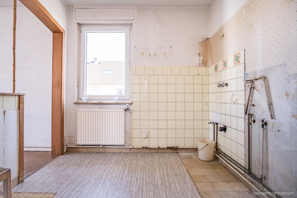 Die Küche ist mit dem Esszimmer verbunden.