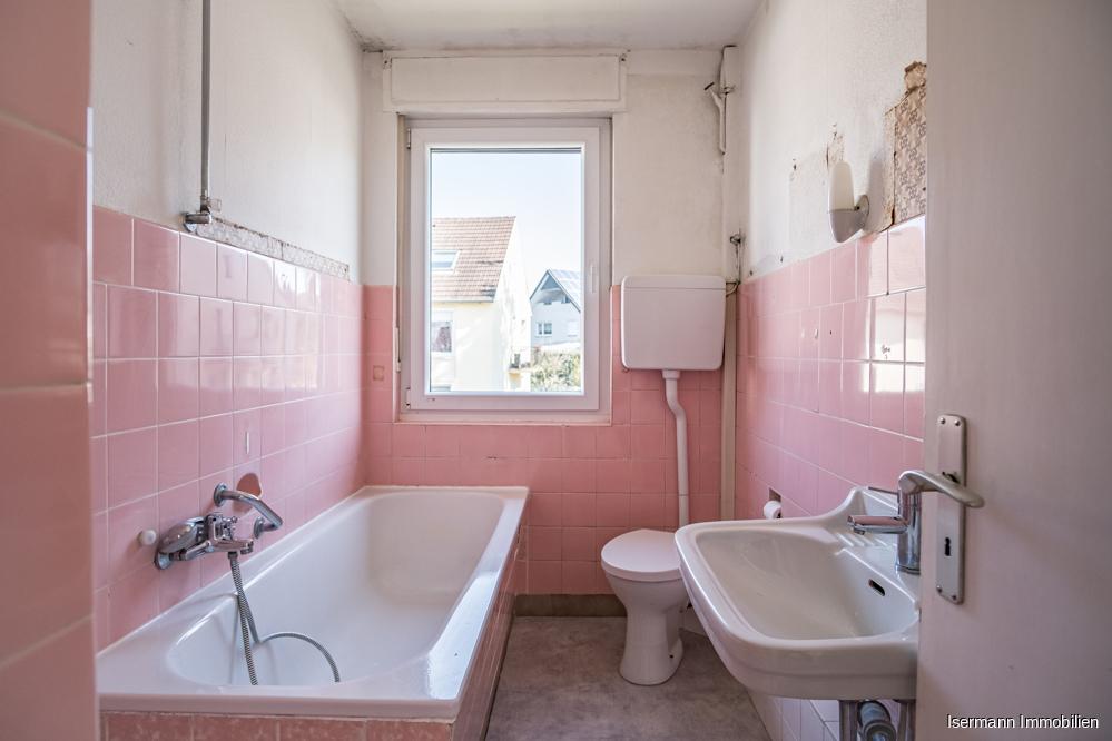 Das Tageslichtbad im Obergeschoss ist, wie auch der Rest der Wohnung, renovierungsbedürftig.