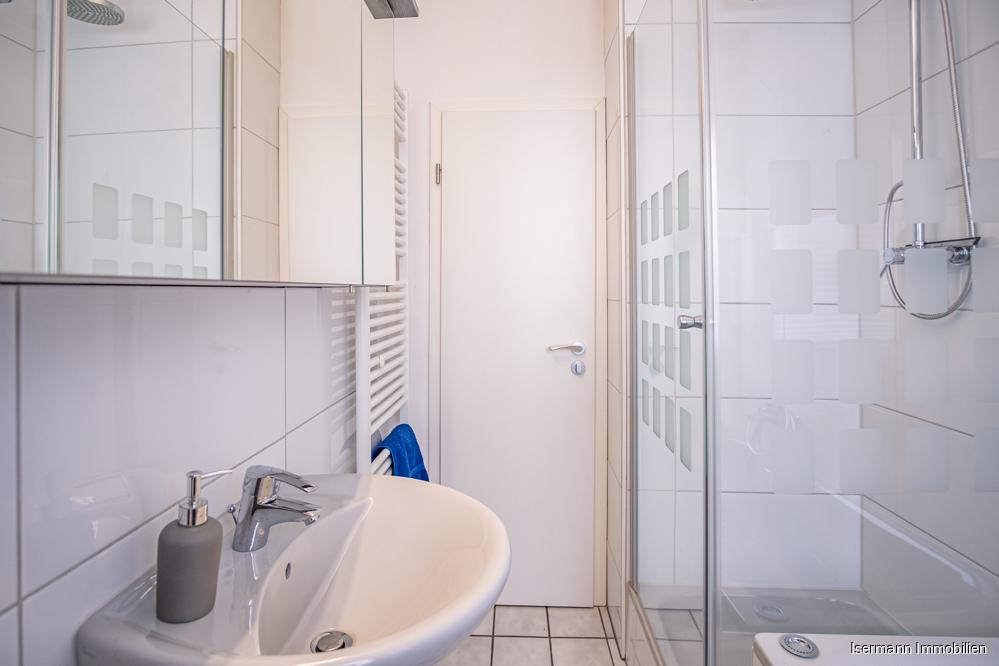 ...und verfügt neben einer Dusche auch über eine Wanne.
