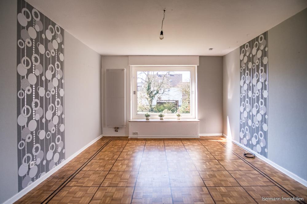 Das Wohnzimmer ist von zwei Seiten wunderschön belichtet...