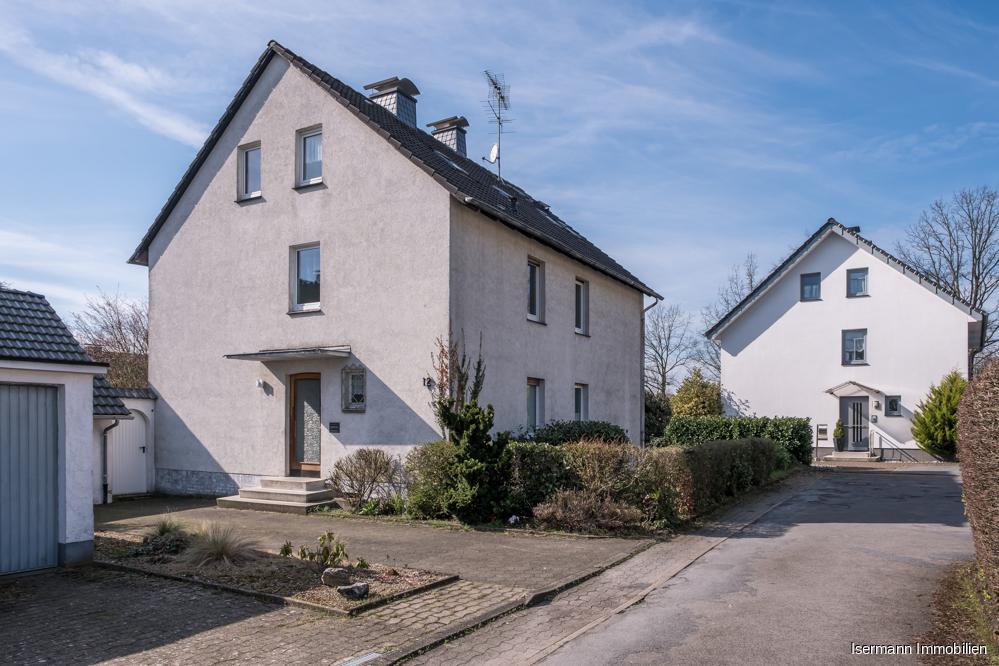 Großzügiges Zweifamilienhaus mit weitläufigem Garten in ruhiger zentraler Lage von Halle (Westf.)