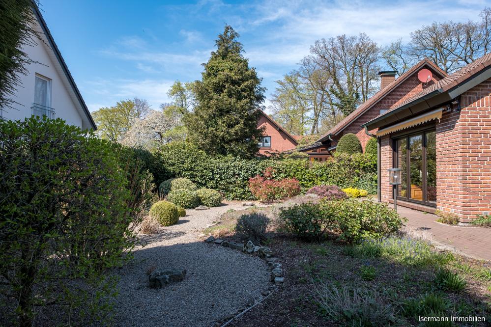 Der geschmackvoll angelegte Garten ist nach Südwesten ausgerichtet.