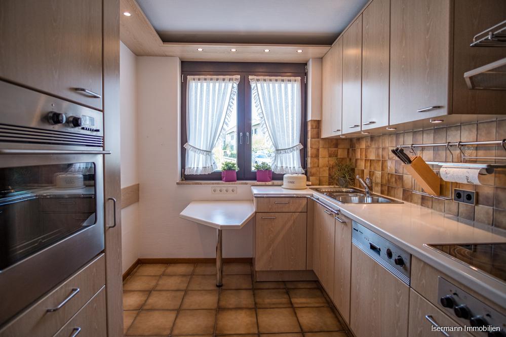 Die hochwertige Küche kann bei Bedarf übernommen werden (Preis VHB).