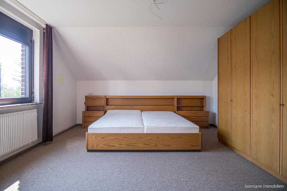 Das gemütliche Schlafzimmer bietet ausreichend Platz für Ihre Garderobe.