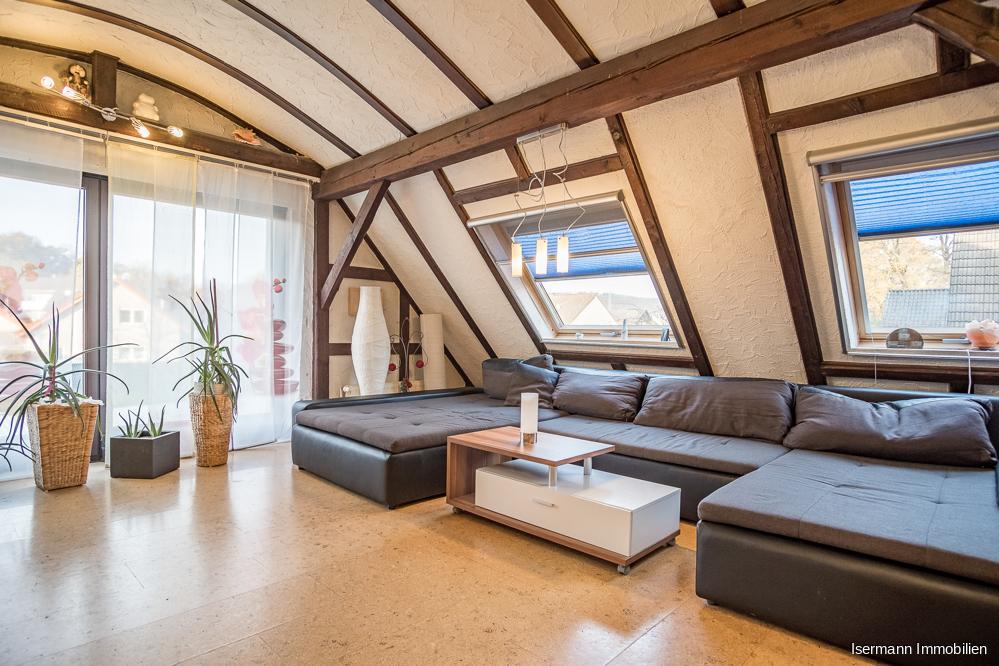 Das helle Wohnzimmer ist von zwei Seiten wunderschön belichtet.