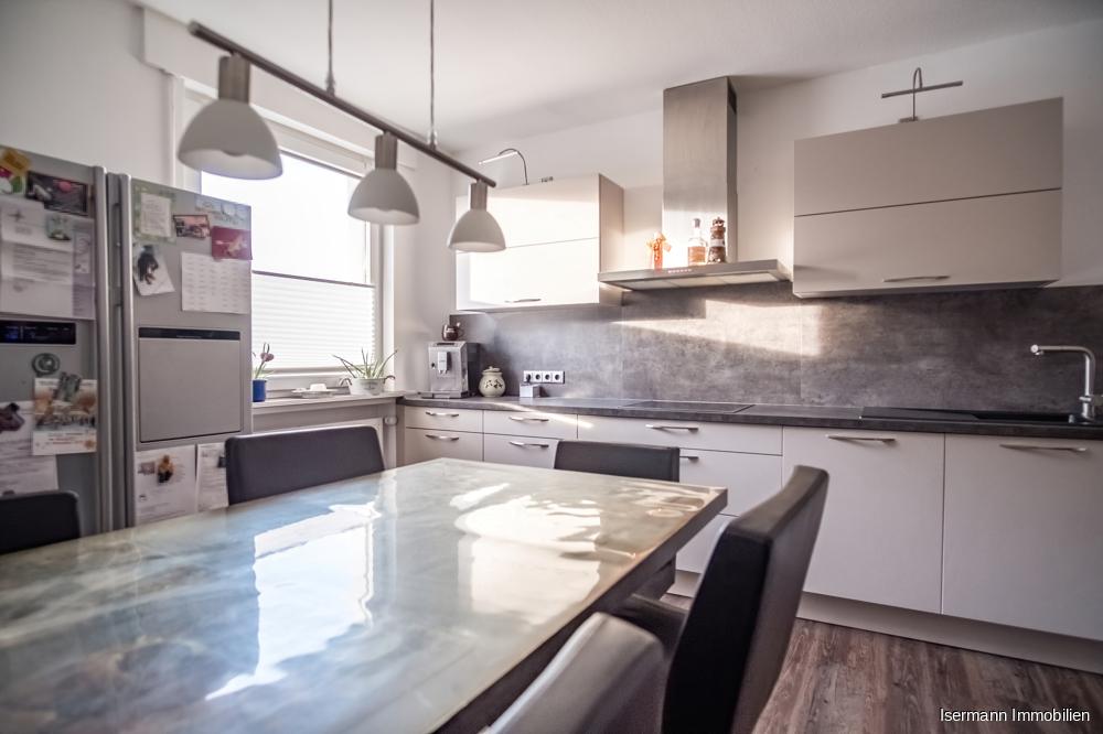 Die moderne Küche bietet viel Platz zum Kochen und Verweilen.