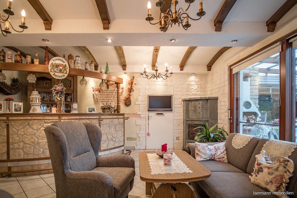 Das zweite Wohnzimmer im EG bietet einen schönen Blick auf die angrenzende Terrasse.