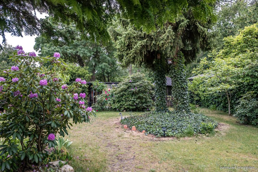 Der weitläufige Garten lädt zum Relaxen ein.