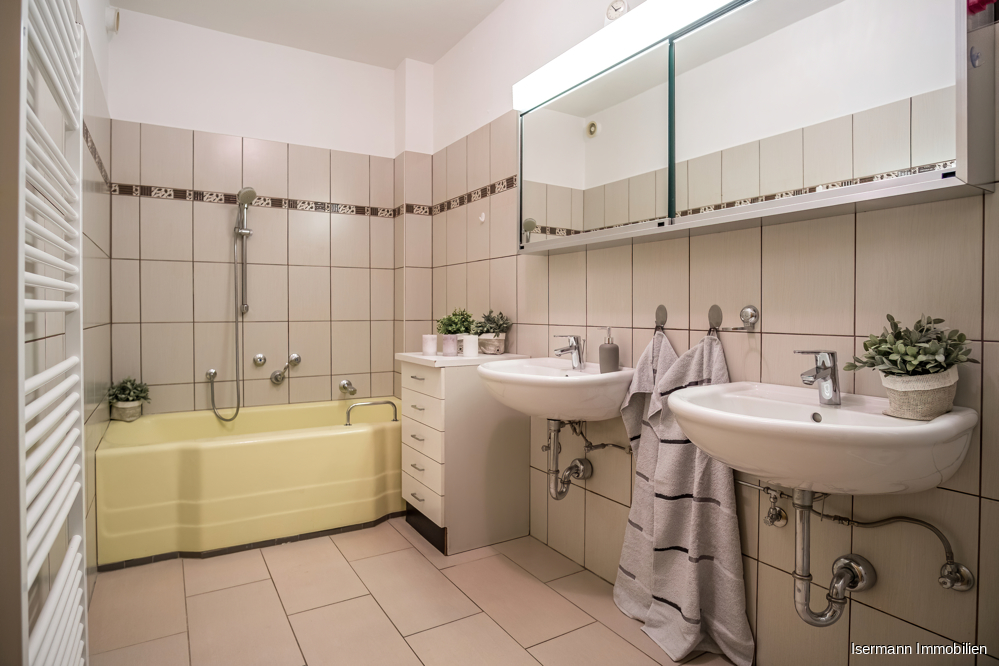 ...und verfügt über eine Dusche sowie eine Wanne.
