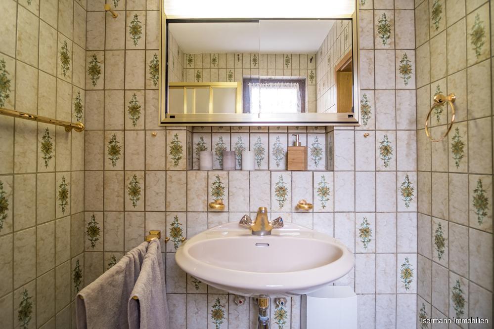 Das Gästebad ist mit einer Dusche ausgestattet.
