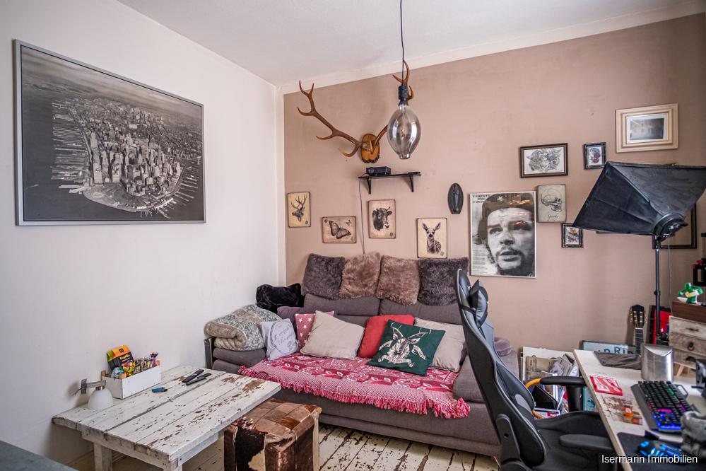 Der Wohnbereich ist dank der Holzdielen und hohen Decken sehr gemütlich.