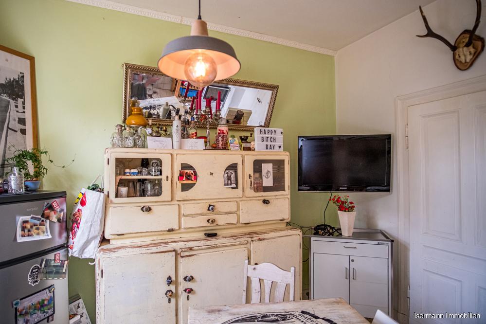 Die Küche befindet sich in einem Durchgangszimmer und grenzt an das Wohnzimmer.