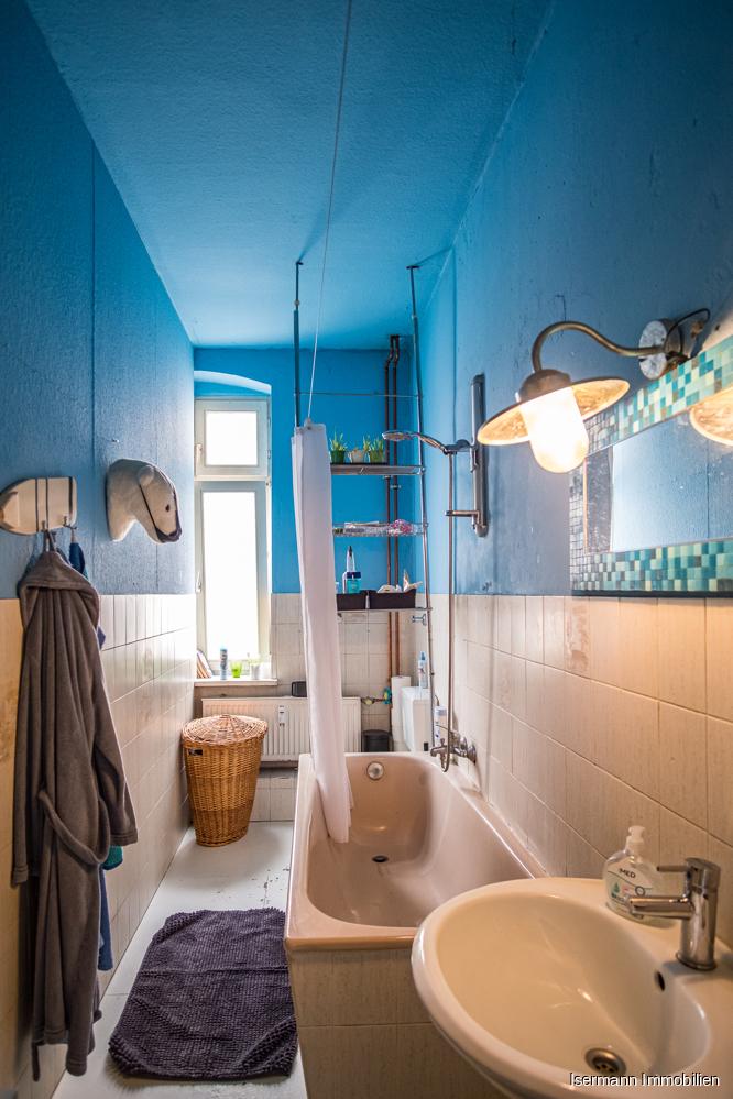 Das Tageslichtbad ist mit einer Wanne ausgestattet.