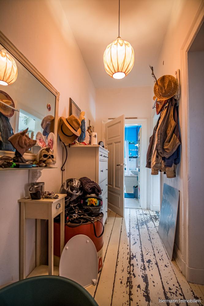 Der Flur bietet Platz für Ihre Garderobe. Besonders charmant sind die Kassettentüren.