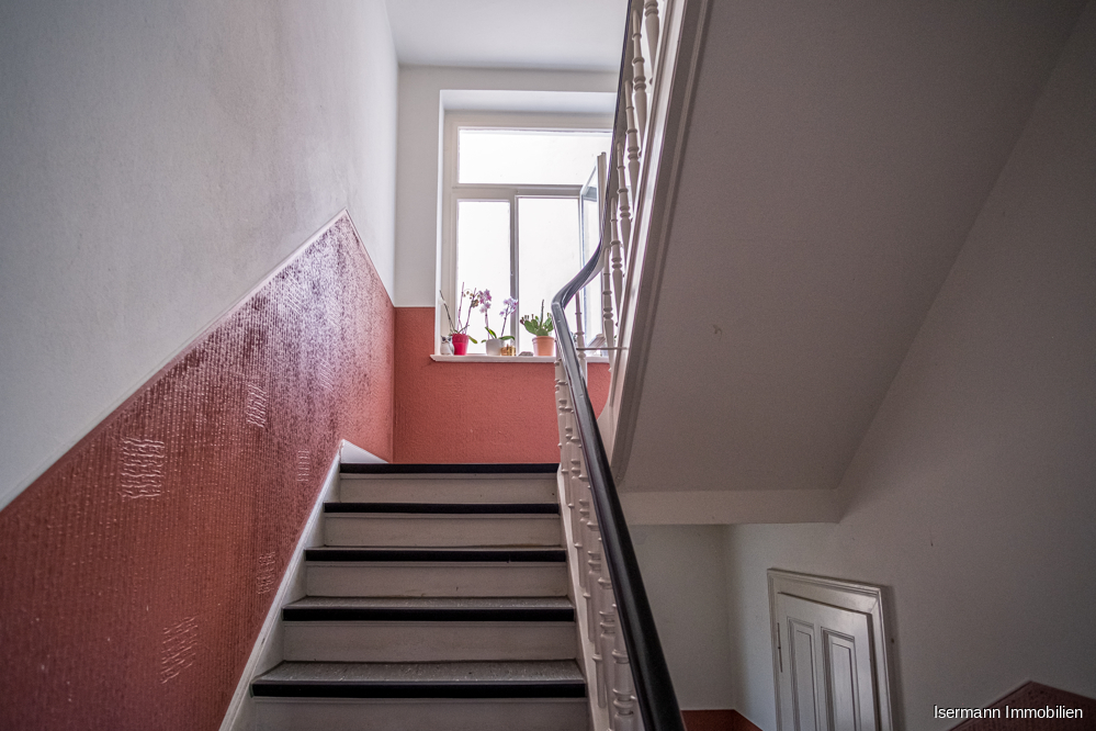 Das Treppenhaus erstrahlt im Charme der Jahrhundertwende.