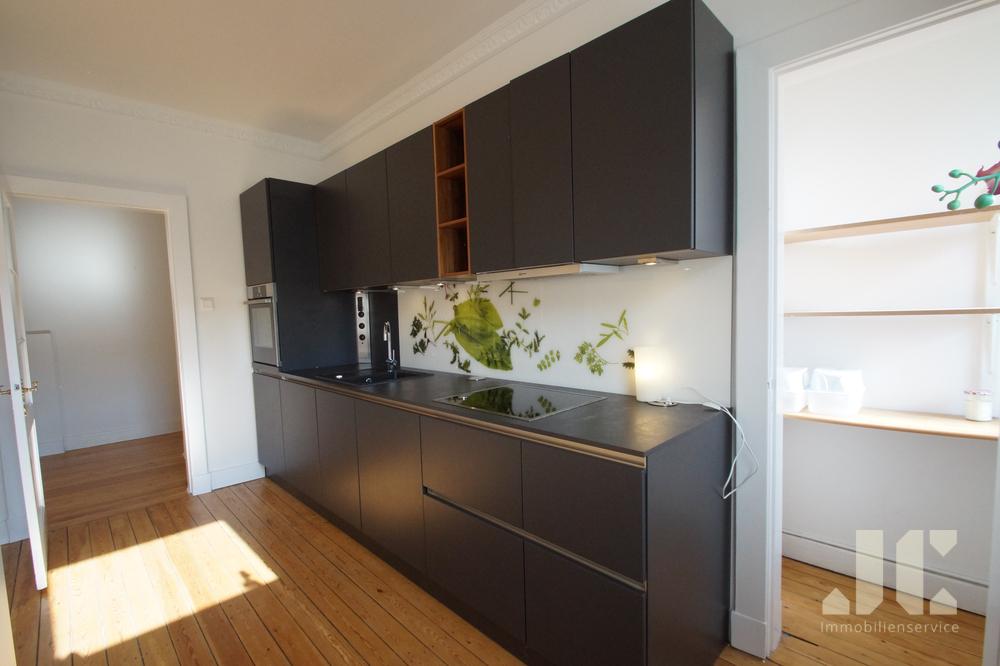 offene Küche mit kleiner Speisekammer