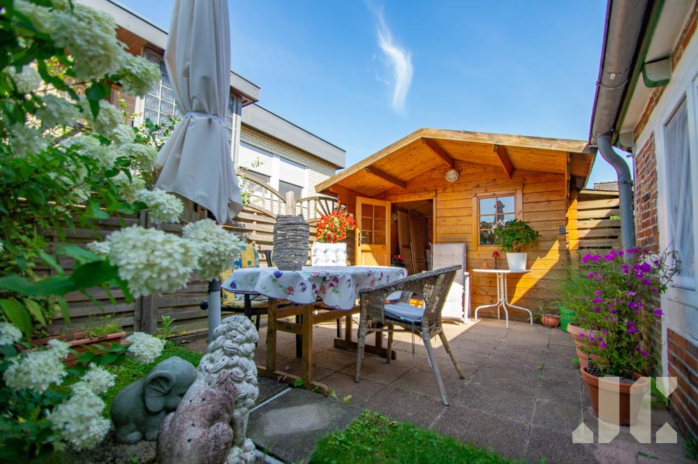 Gartenhäuschen und Terrasse