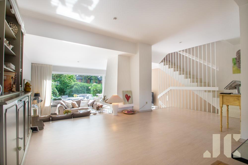 Essbereich mit Blick ins Wohnzimmer