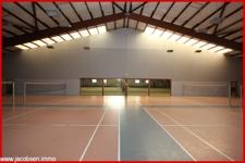 Badmintonhalle mit Blick in die Tennishalle