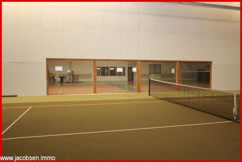 Tennishalle mit Blick in die Badmintonhalle