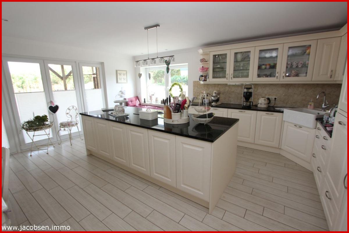 Wohnung 1 Küche mit Blick auf die große Fensterfront