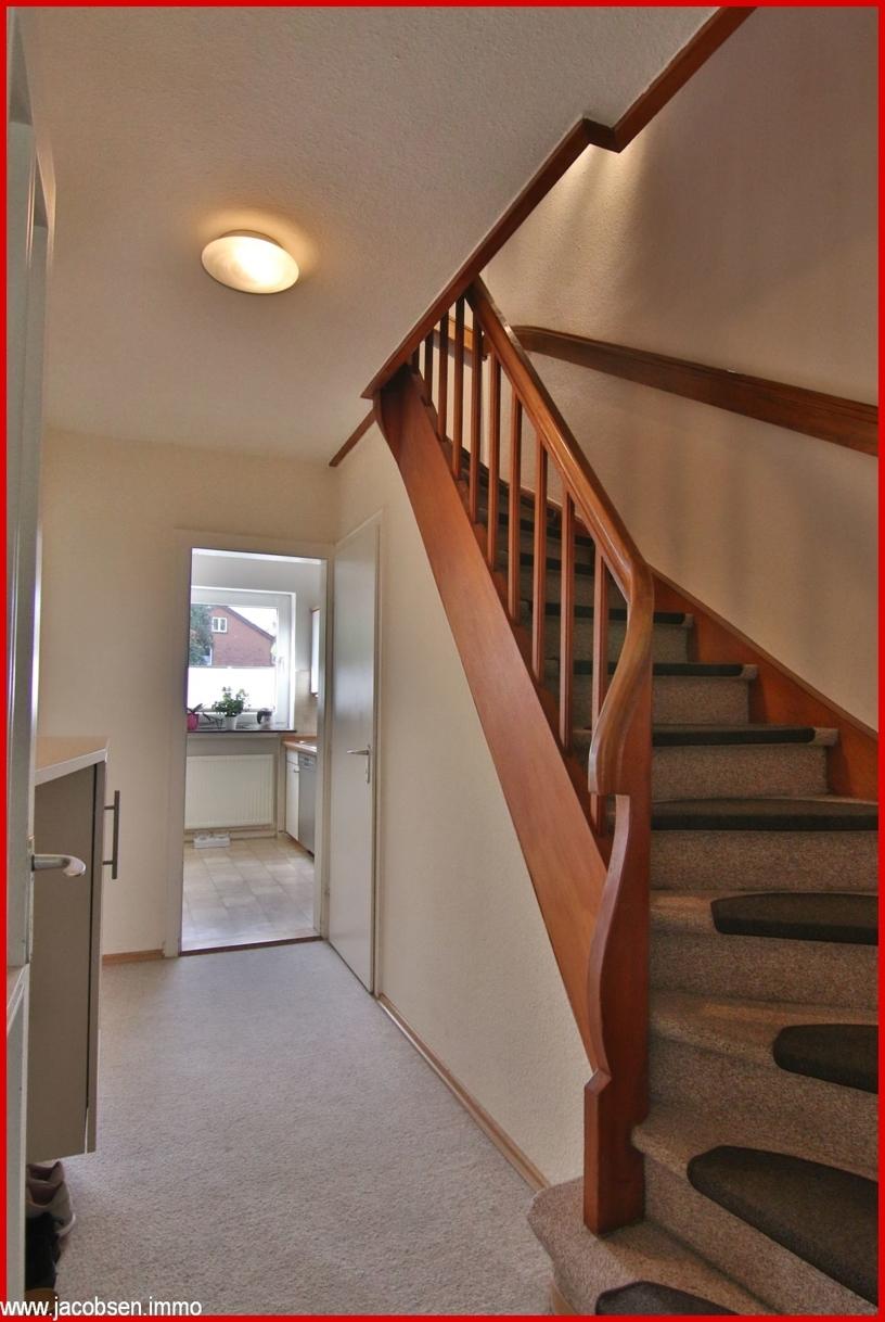 Flur mit Treppe EG
