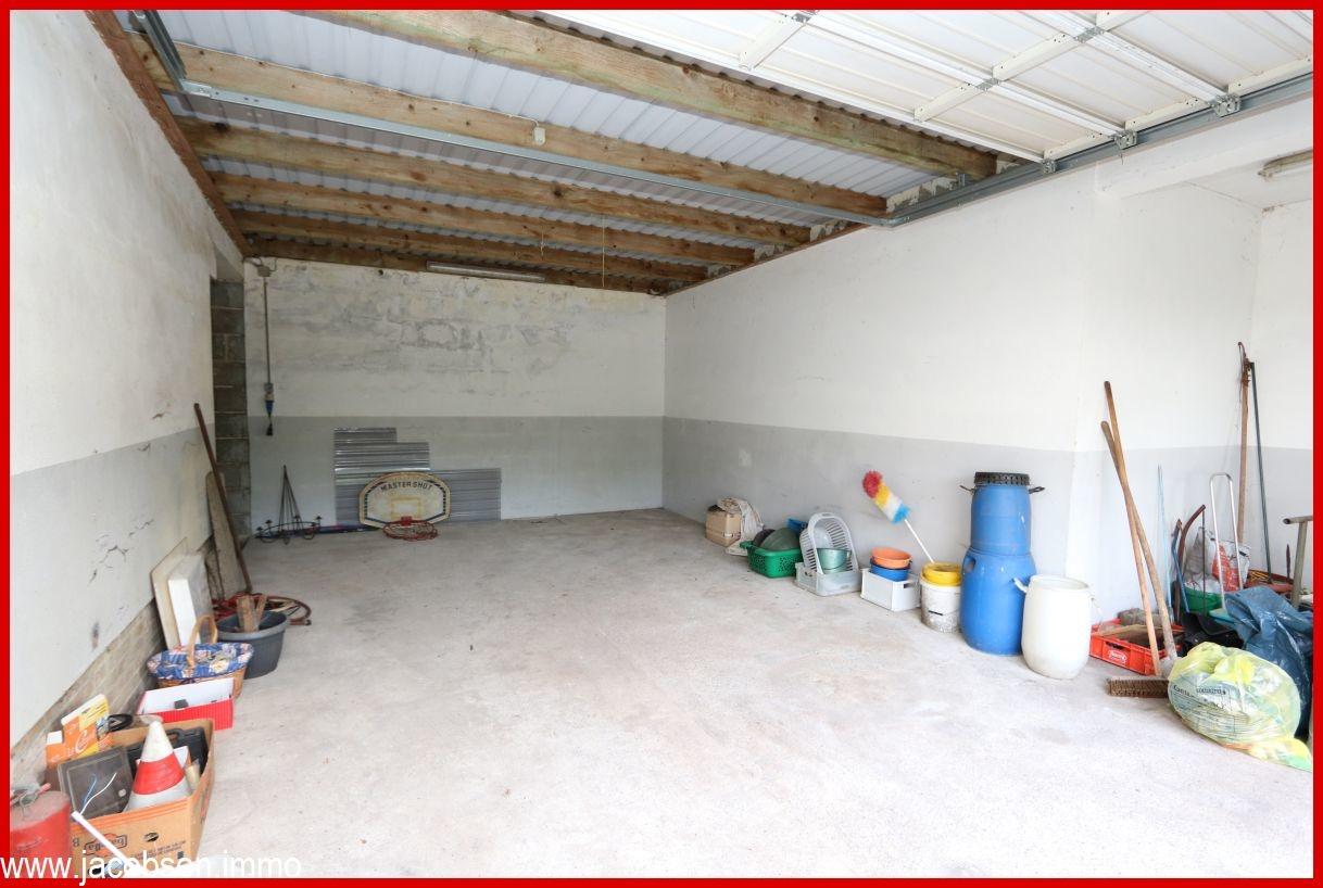 große Garage zum Baugrundstück