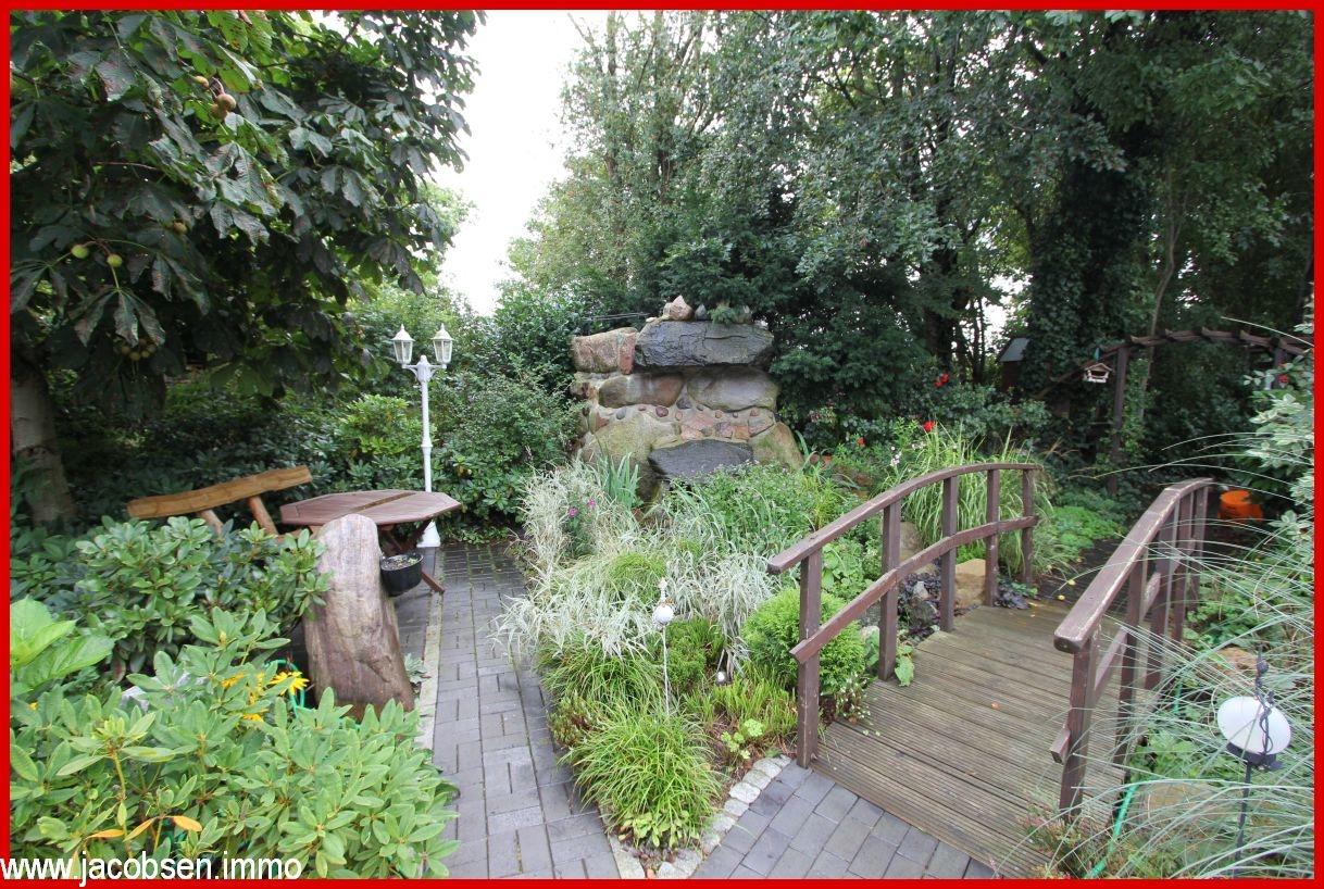 Garten mit Wasserkaskade