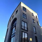 Blick vom App. auf das Bürogebäude