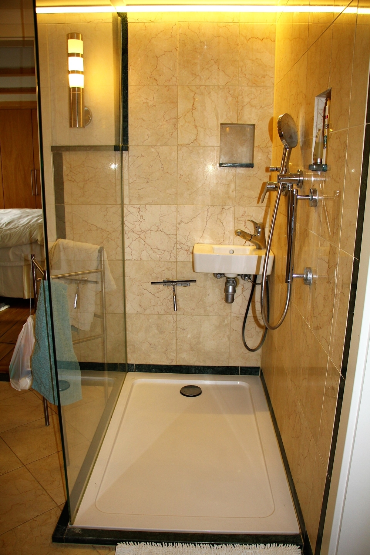 Badezimmer mit Zugang zum Schlafzimmer