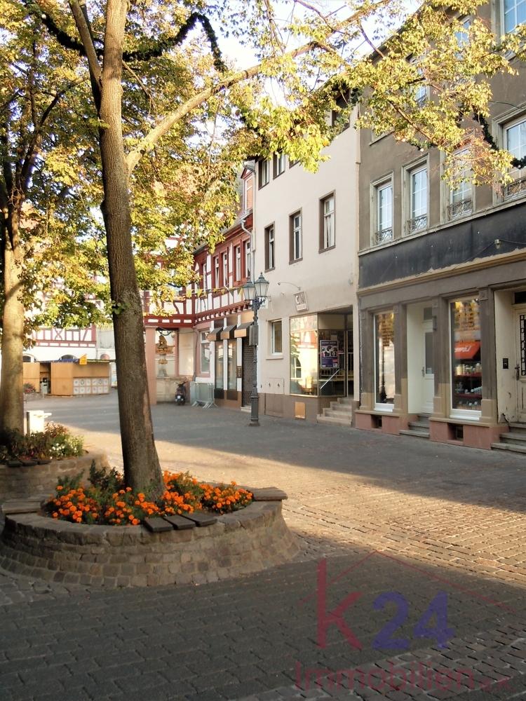 Das Erscheinungsbild der Fußgängerzone wird geprägt durch zwei- und dreigeschossige Wohn- und Geschäftshäuser...