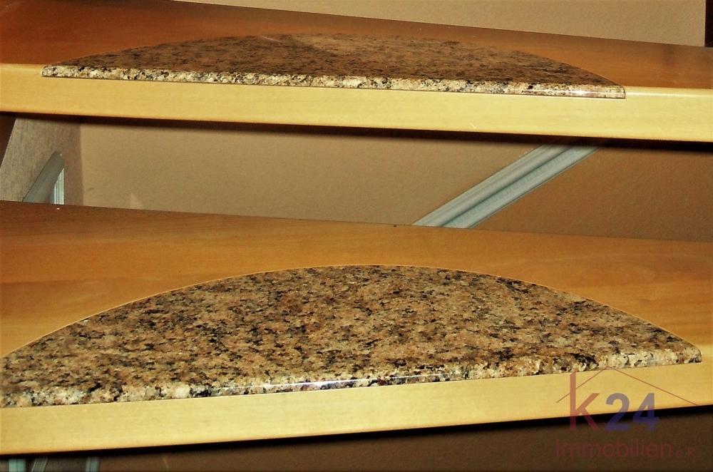 Holztreppe mit materialschonendem Graniteinsatz